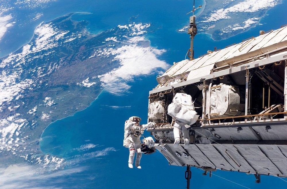repairing satellite in space 1 - Espacial